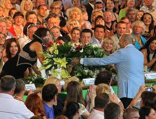 Игорь Крутой на «Новой волне» дарит цветы своей супруге