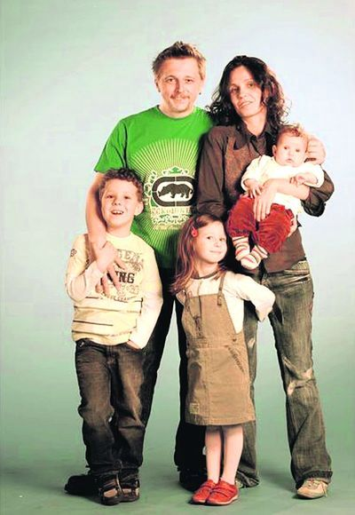Игорь Пелых с женой Сашей Лозинской и детьми