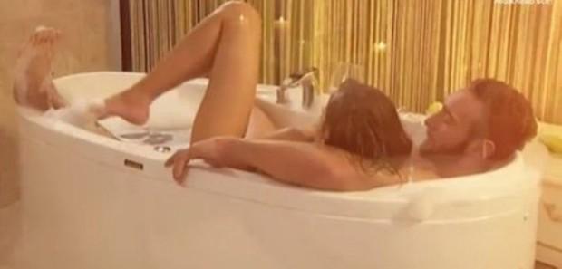 Иракли Макацария с девушкой в ванной