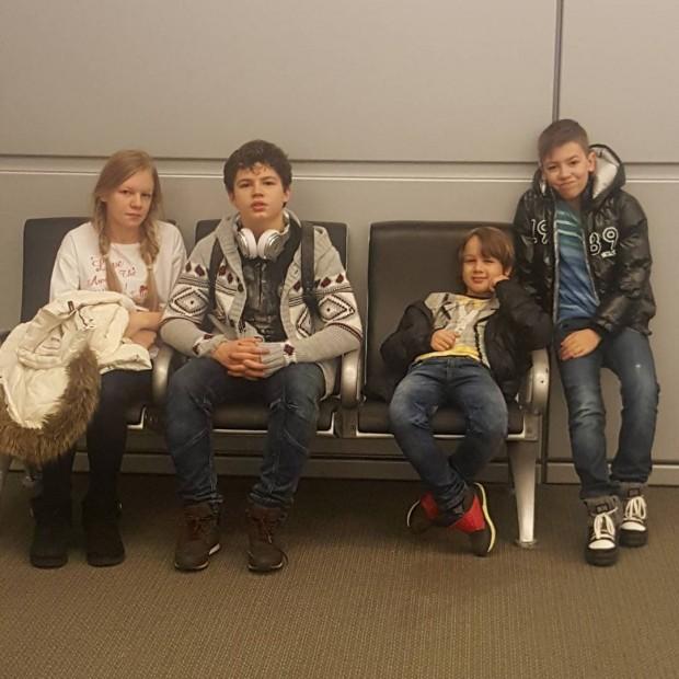 Измученные дети в турецком аэропорту
