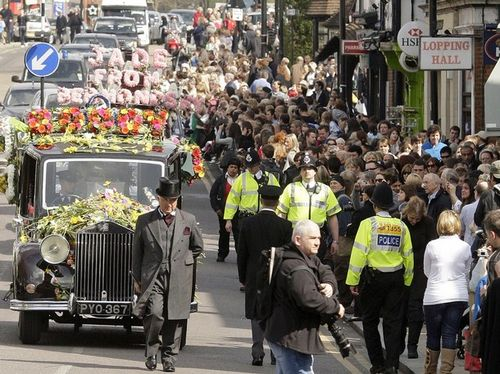Тысячи людей собрались на улицах Лондона, чтобы проститься с Джейд Гуди