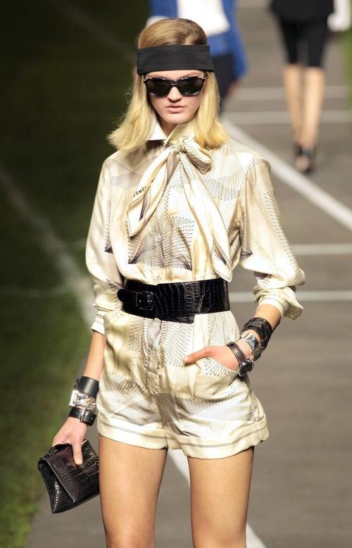 Наряд из коллекции весна/лето 2010 французского дизайнера Жана-Поля Готье для Дома моды Hermes