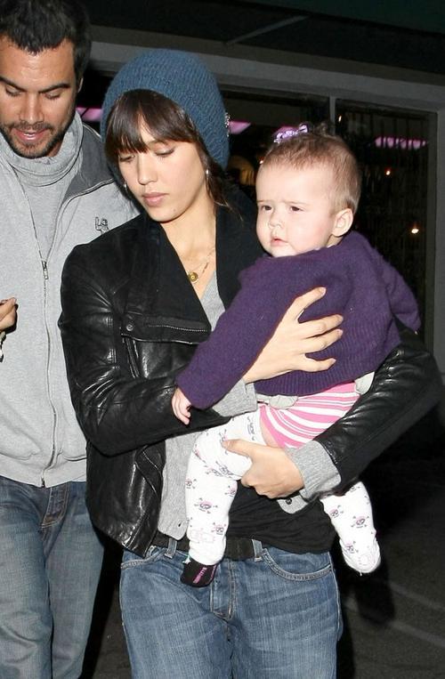 Джессика Альба с мужем Кэшем Уорреном с младшей дочерью Онор