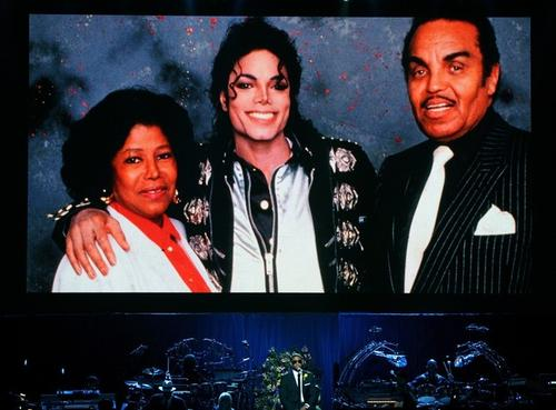 На огромной фотографии на прощальной церемонии Майкл Джексон запечатлен с мамой - Катрин, и отцом - Джо Джексоном