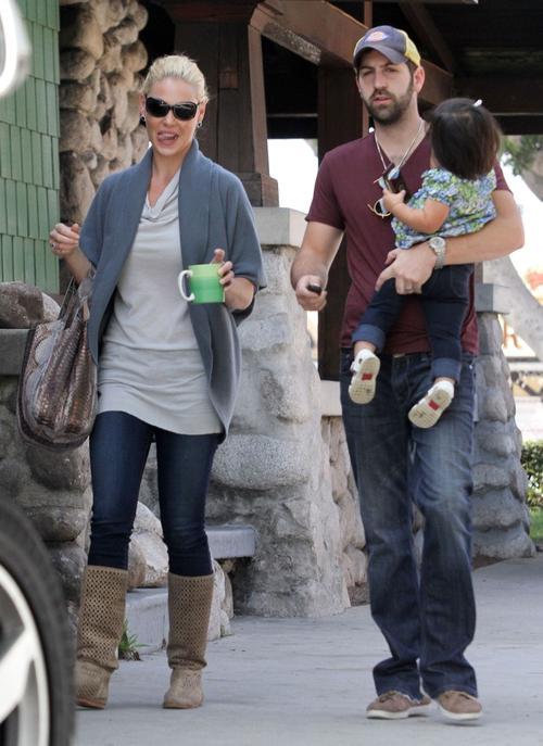 Кэтрин Хейгл / Katherine Heigl с мужем Джошем Келли / Josh Kelley и дочерью Нэли