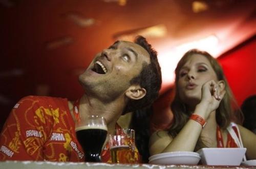 Джуд Лоу на карнавале в Рио-де-Жанейро, Бразилия