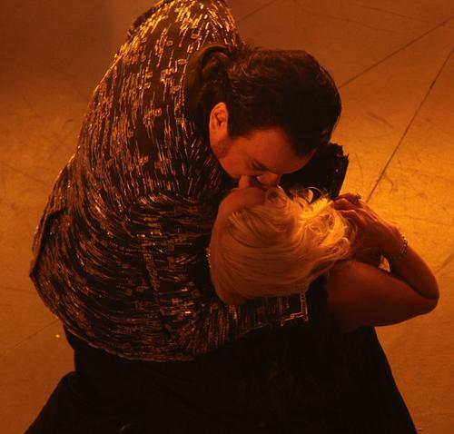 Филипп Киркоров и Камалия в клипе «Игра с огнем»