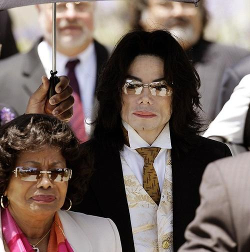 Майкл Джексон с мамой в июне 2005 года