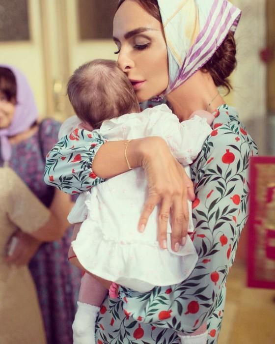 Катя Варнава с ребёнком на руках