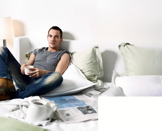 Джонатан Риз Майерс в кровати