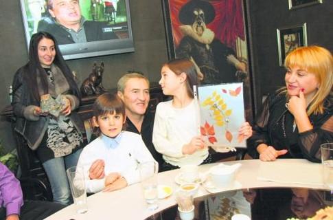 Леонид Черновецкий с супругой Алиной Айвазовой, внуками и дочерью Кристиной