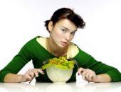 Девушка ест капусту