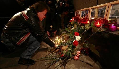 Цветы в память о жертвах терактов в московском метро