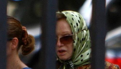 Следы от операции Людмила Гурченко скрывает под платком и темными очками