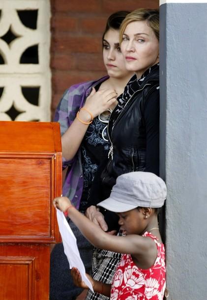Мадонна с родной дочерью Лурдес и удочеренной малавийской девочкой Мерси Джеймс