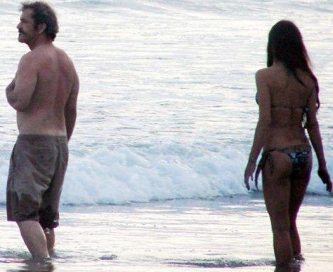 Мел Гибсон с таинственной незнакомкой на пляже Коста-Рика