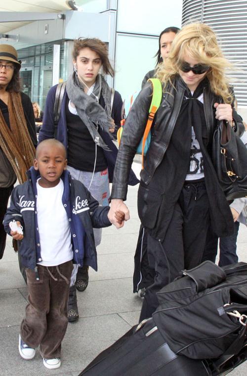 Мерси встречала вся семья Мадонны