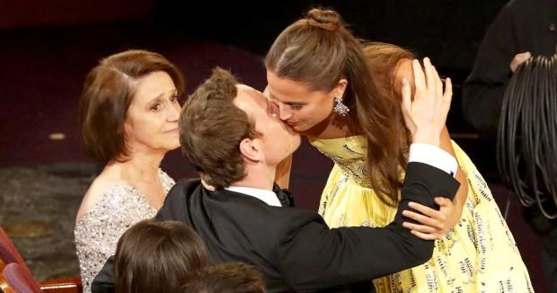 Майкл Фассбендер целует Алисию Викандер на Оскаре