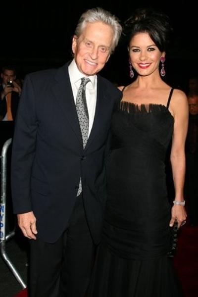 Майкл Дуглас со своей супругой Кэтрин Зетой-Джонс