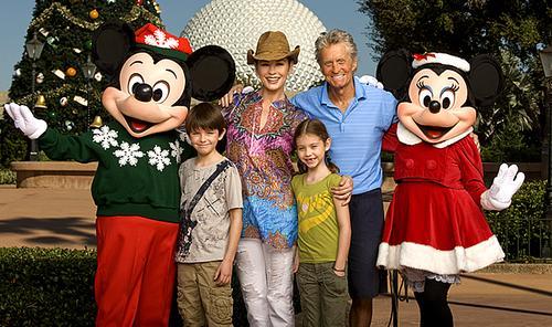 Майкл Дуглас с семьей в Диснейленде