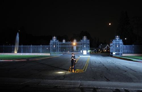 Полицейский ждет прибытия родственников и друзей Майкла Джексона