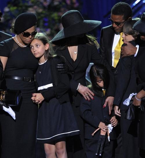 Врач Джексона заявляет, что является отцом детей певца  Наоми Кэмпбелл В Клипе Майкла Джексона