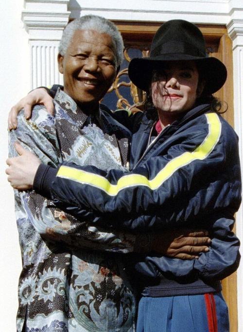 У Майкла Джексона было много друзей среди мужчин. Среди них - Нельсон Мандела, нобелевский лауреат, бывший президент Южно-Африканской Республики. 1996 год.