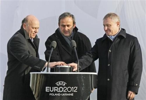Президент Польской Федерации футбола (PZPN) Гжегож Лято (слева) , глава УЕФА Мишель Платини (по центру) и президент Федерации футбола Украины Григорий Суркис
