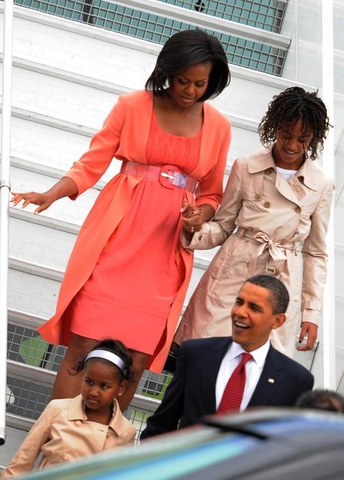 Мишель и Барак Обама с детьми спускаются с трапа самолета на московскую землю