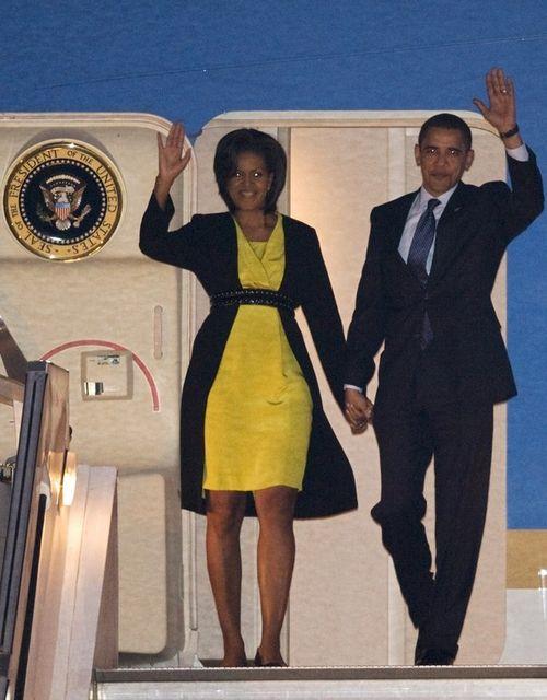 В Лондон Мишель Обама прилетела в ярко-желтом платьи
