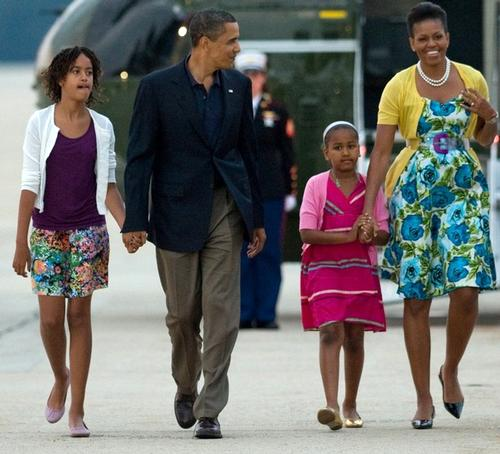 В таких ярких нарядах чета Обам вылетела в Москву из Америки