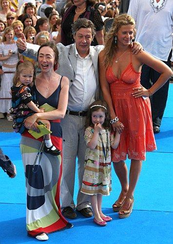 Михаил Ефремов с супругой Софьей (слева), двумя маленькими дочками и племянницей (справа)