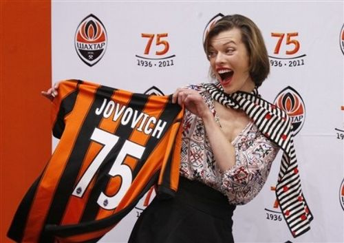 Мила Йовович на пресс-конференции в Донецке