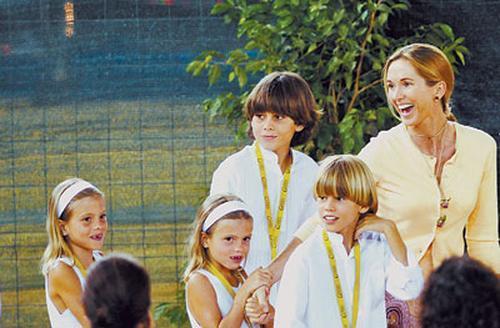 Жена Иглесиаса Миранда Рийнсбургер с детьми: Мигель Алехандро, Родриго, близнецы Виктория и Кристина