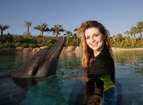 Миша Бартон любит животных. Дельфинотерапия отличный способ выйти из стресса