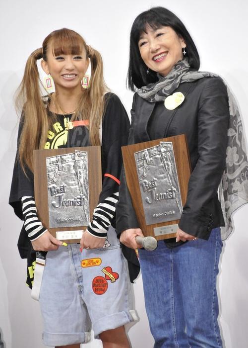 """Миюки Хатояма (слева) с японской исполнительницей Kumi Koda получили премии """"Best Jeanist"""" за умение носить джинсы"""
