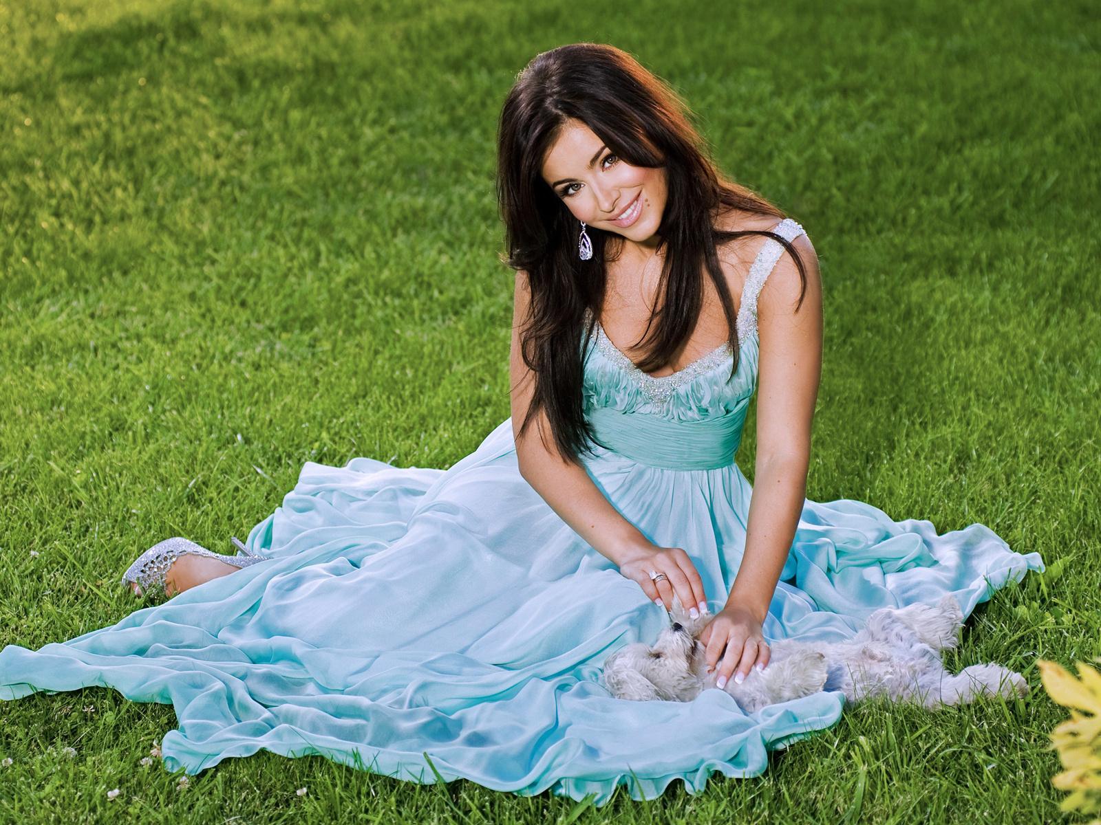Брюнетка в голубом платье