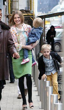 Наталья Водянова с детьми гуляет по Москве