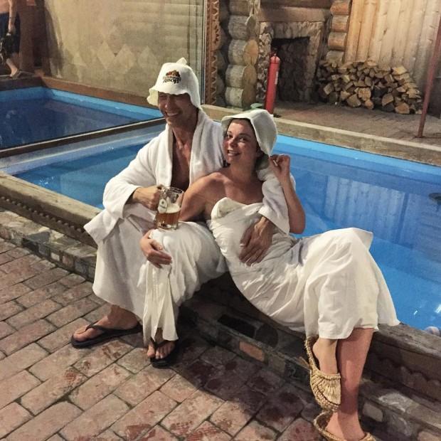 Наталья Королева и Сергей Глушков халатах возле бассейна