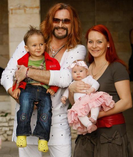 Никита Джигурда с супругой-фигуристкой Мариной Анисиной, сыном Миком-Анжелом и дочерью Эвой-Вандой