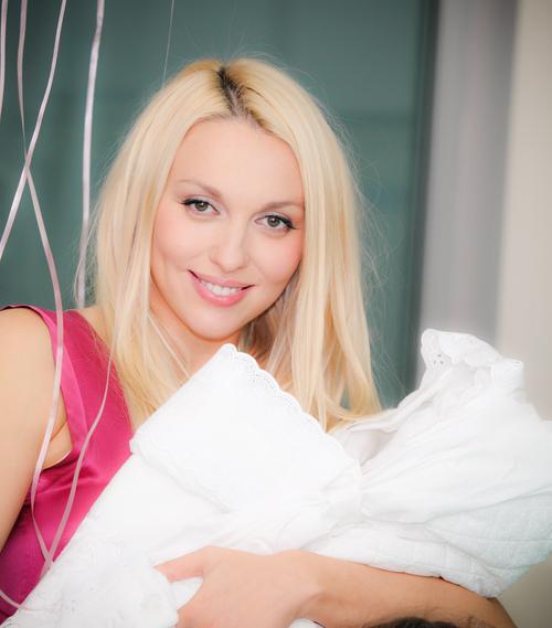 Оля Полякова с новорожденной дочерью