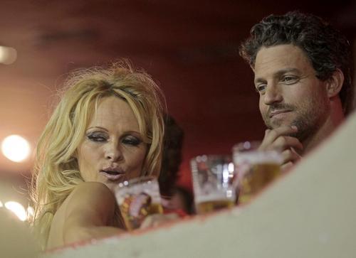 Памела Андерсон / Pamela Anderson с бойфрендом на карнавале в Рио-де-Жанейро, Бразилия