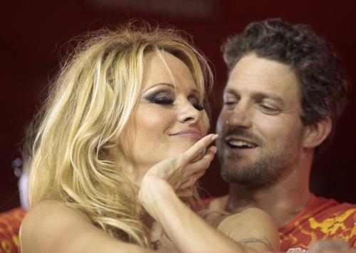 Памела Андерсон с бойфрендом на карнавале в Рио-де-Жанейро, Бразилия