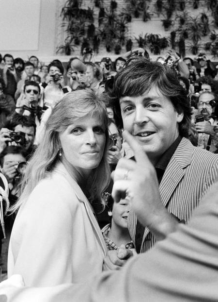Пол Маккартни со своей первой женой Линдой на Каннском кинофестивале в 1980 году