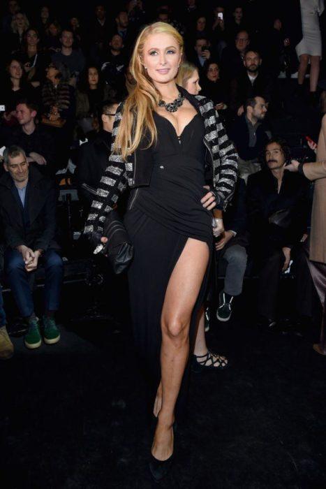 Пэрис Хилтон в чёрном платье