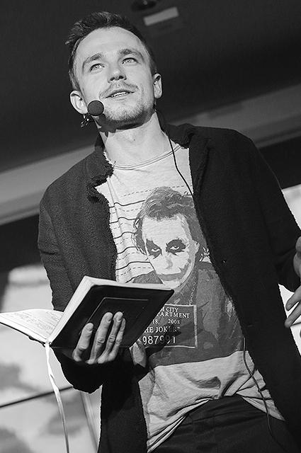 Александр Петров читает свои стихи