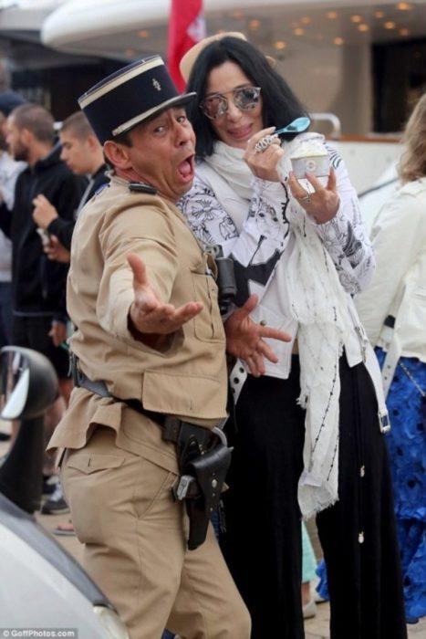 певица Шер и полицейский