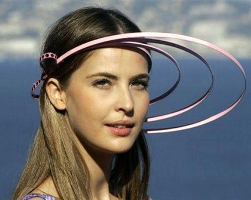 Юным девушкам Пьер Карден предлагает носить в этом сезоне такие шляпки
