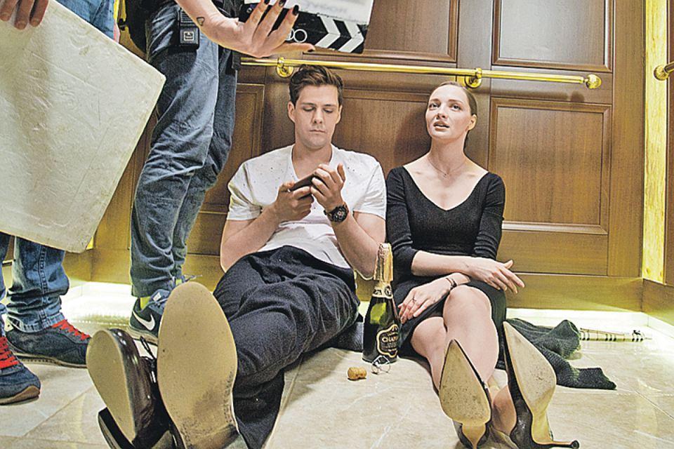 Посидим вдвоём: Милош Бикович и Екатериан Вилкова на съёмках сериала «Отель Элеон»