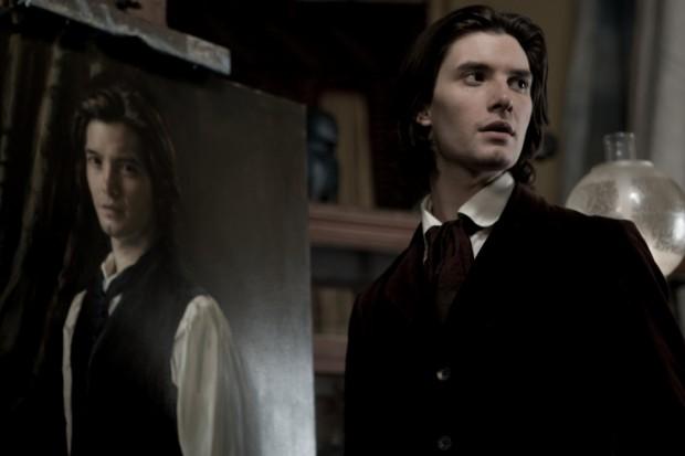 Бен Барнс на фоне своего портрета